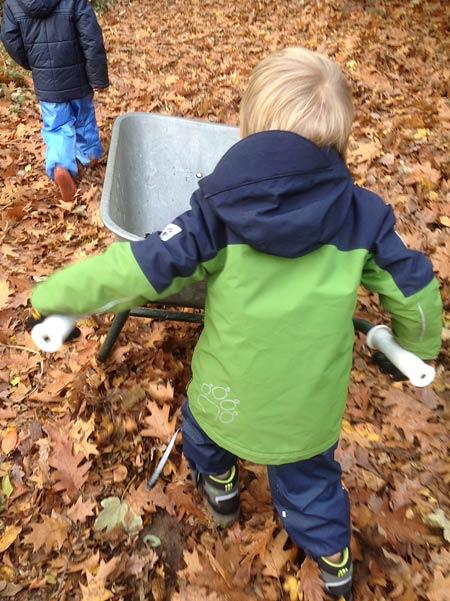 Nachdem wir im Hochbeet und den Pflanzkübeln Ordnung gemacht haben, holen die Kinder Erde vom Hinterhof um das Hochbeet aufzufüllen.