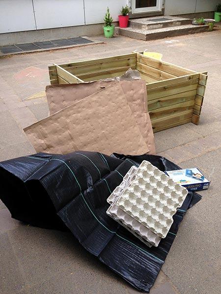 Das Material für die Innenverkleidung und die ersten Schichten des Hochbeets.