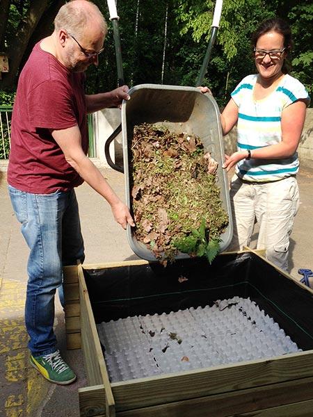 Grober Kompost ist die nächste Schicht unseres Kinder-Hochbeets.